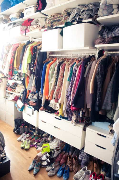 a todas nos ha pasado alguna vez abres la puerta del armario y el caos se apodera de la habitacin zapatos camisetas arrugadas perchas a reventar - Como Organizar Un Armario