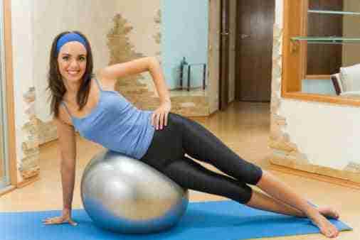 Ideas de ejercicios con globos o pelotas para moverse en casa