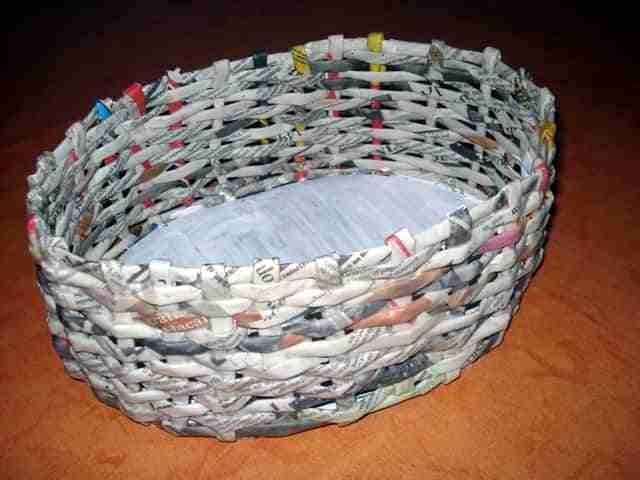 C mo hacer una cesta de papel de peri dico bricoinventos - Hacer cestas con papel de periodico ...