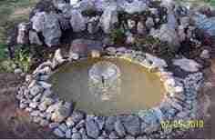 C mo hacer un estanque reciclado en el jard n bricoinventos for Cascadas de agua artificiales para jardin